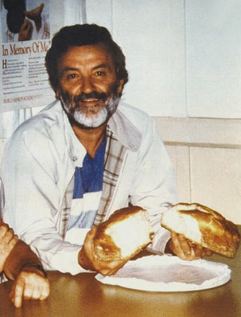 Padre Gianni Nobili spezza il pane